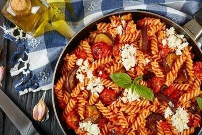 Фузилли с помидорами, моцареллой и базиликом