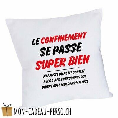 """Coussin humoristique - 40x40 - Housse couleur blanche - """"Le confinement se passe super bien…"""""""