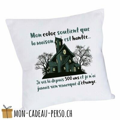 """Coussin humoristique - 40x40 - Housse couleur blanche - """"mon coloc soutient que la maison est hantée..."""""""