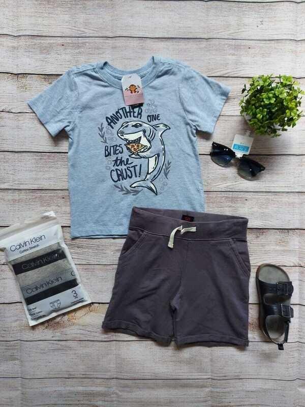 Set camiseta azul cielo tiburón + short gris oscuro, 12m y 4 años