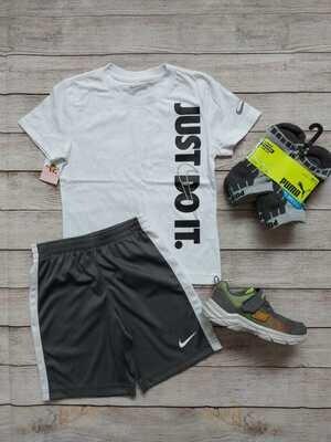 Set Nike, camiseta blanca + pantaloneta negra, 6-7 años