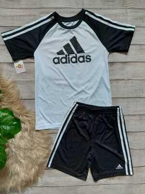 Set Adidas, camiseta blanca con mangas negras+ pantaloneta negra y franjas blancas, 7 años