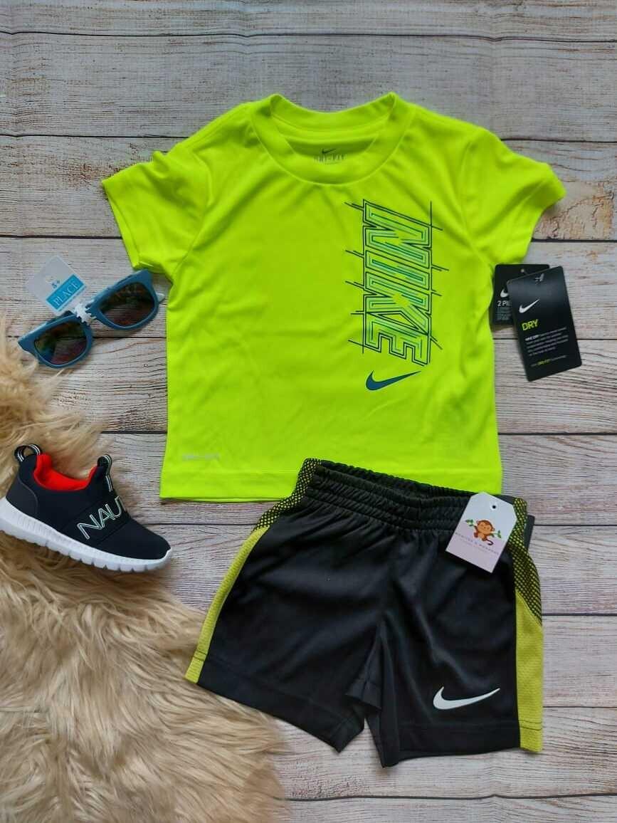 Set Nike, camiseta verde neón + short color negro con franjas verde neón, 2 años