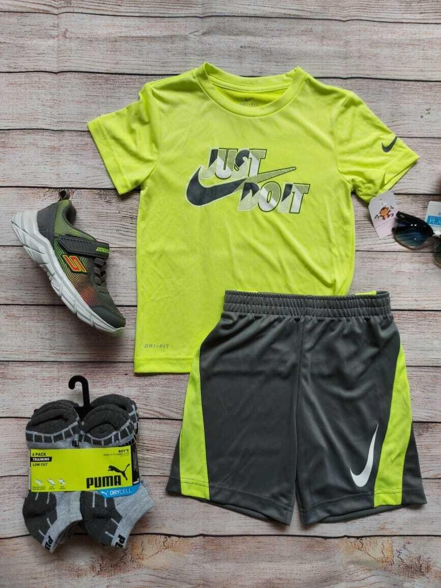 Set Nike, camiseta verde neón + short gris con franjas, 3-4 años