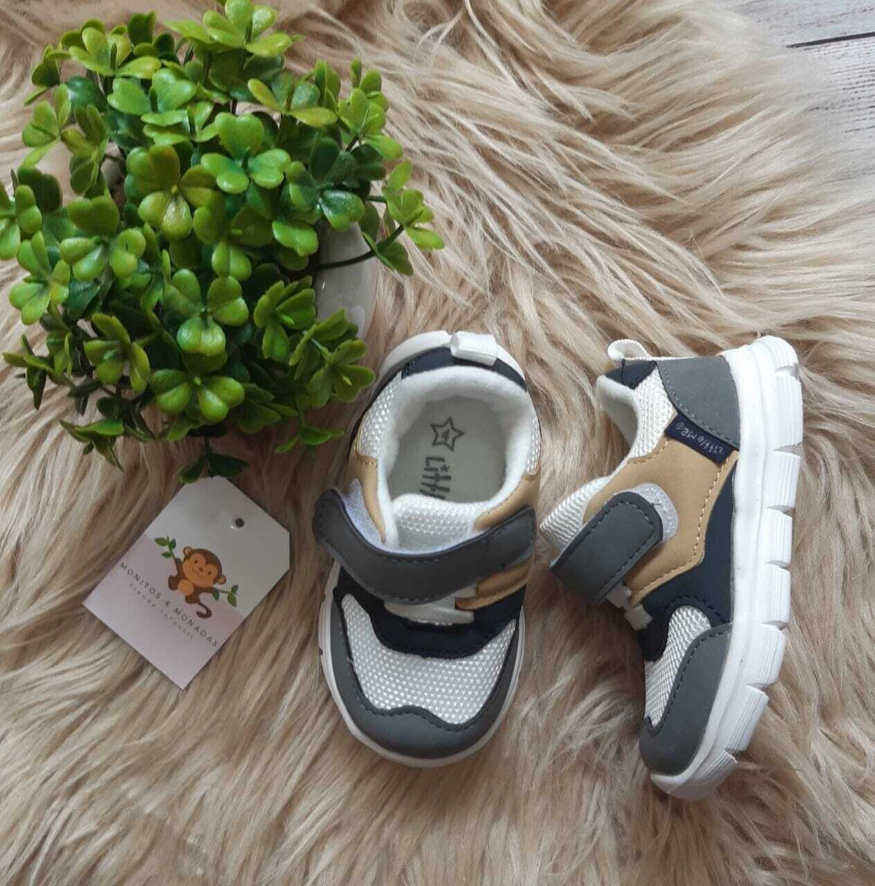 Zapatos Little Me, color blancos y grises, Talla 4us