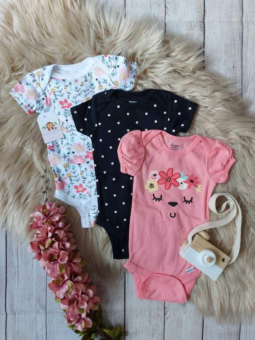 Set 3 bodysuits, negra + rosada + blanca floreada, 0 a 3 meses