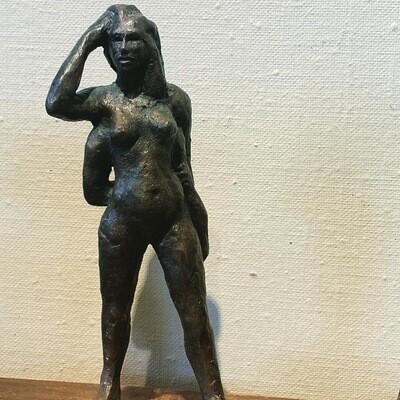 Kvinne med fire armer som kviler, i bronse