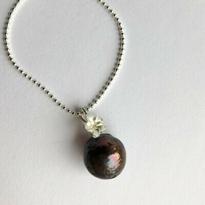 Perlevedhæng på lang sølvkæde 925s. Mørk ferskvandsperle