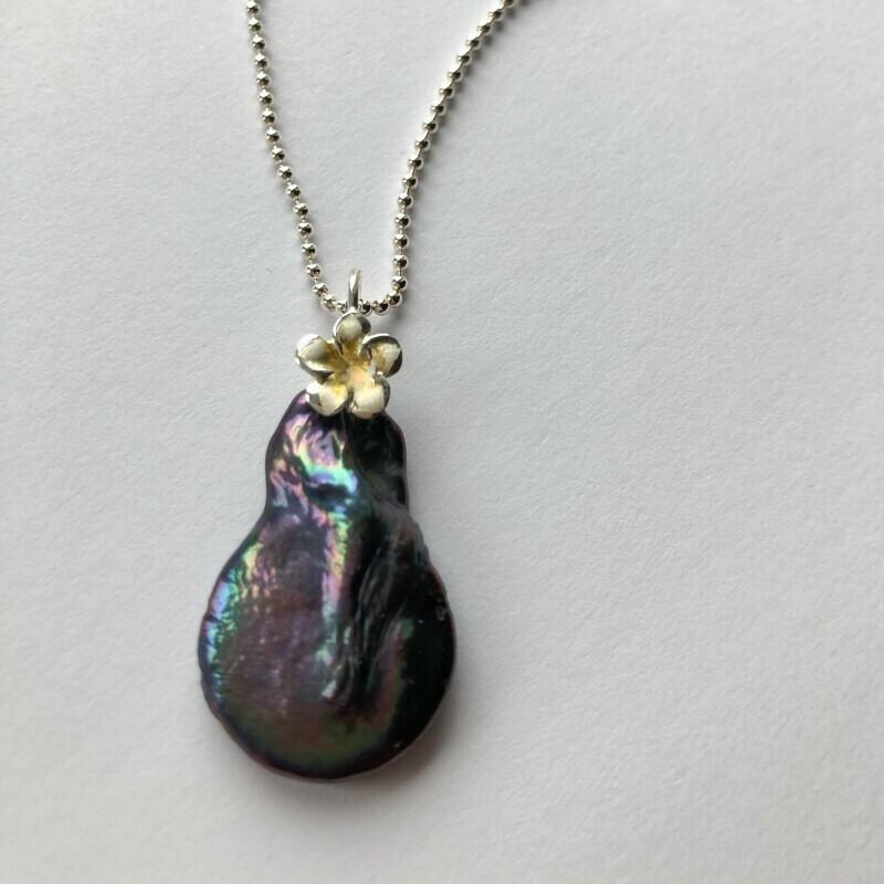 Unika Perlevedhæng med flad perle og sterlingsølv Fra