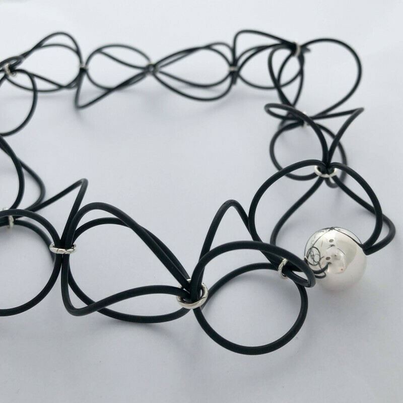 Gummi og sølv, halskæde med enkel sølvperle 925s
