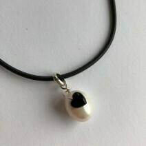Hvid ferskvandsperle med sort onyx hjerte. Sterlingsølv 925s