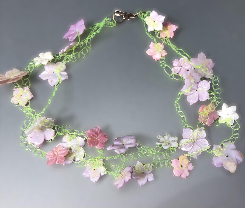Sommerblomster. Halskæde i sarte rosa/lilla nuancer