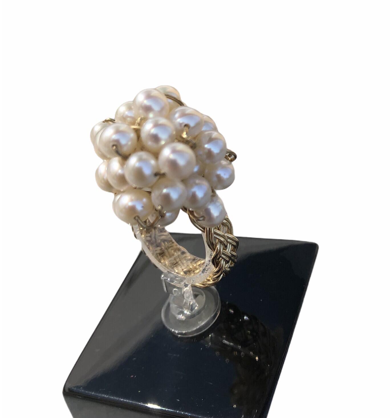 Håndflettet ring I 8 Ct Med Klase Af hvide Perler