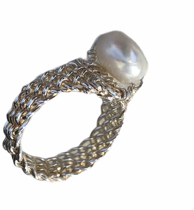 Håndflettet fingerring I sterlingsølv Med hvid perle