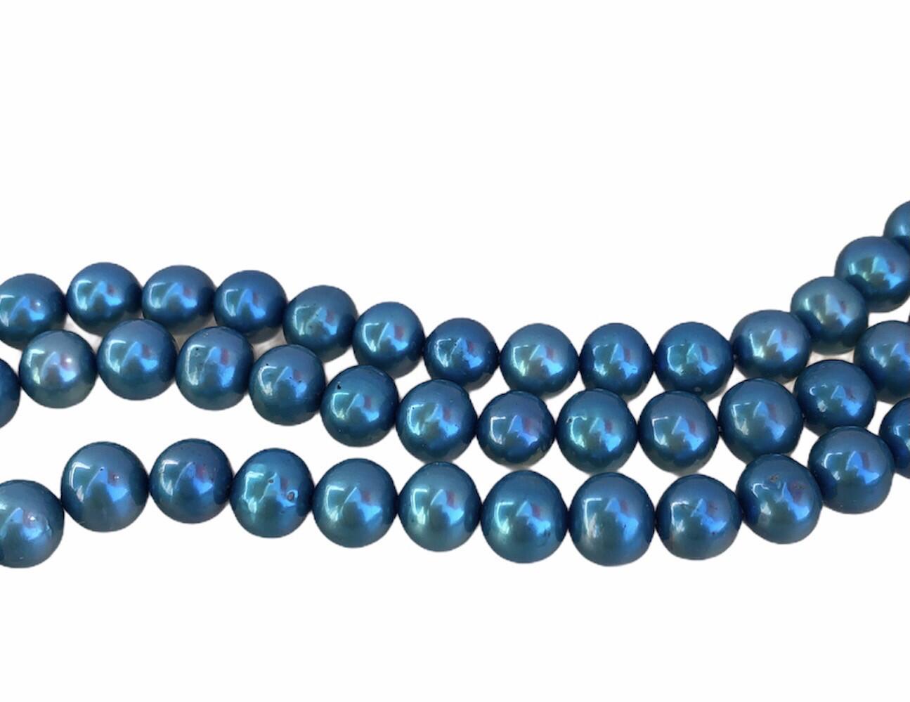 Ferskvandsperle. Blå. Næsten rund. Ca. 6,5 mm 1 streng