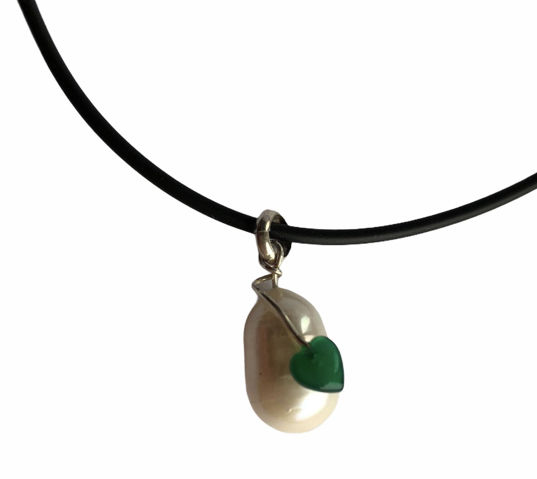 Hvid ferskvandsperle med grønt agat hjerte. Sterlingsølv 925s Vedhæng. Fra