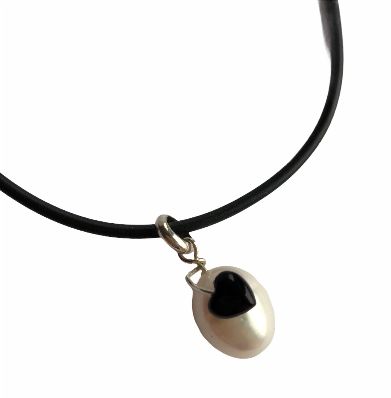 Hvid ferskvandsperle med sort onyx hjerte. Sterlingsølv Fra