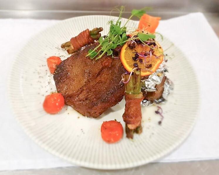 Rib eye steak héjában sült burgonyával /bacon, spárga/
