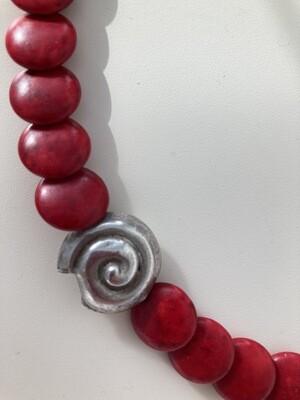 Collier Howlith rot mit Silberschnecke