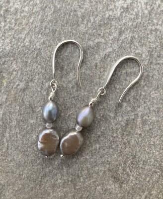 Ohrhänger mit Perlen in Grauton