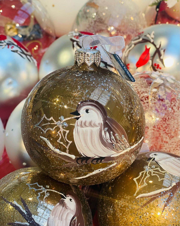 Boule de Noël marron avec oiseau