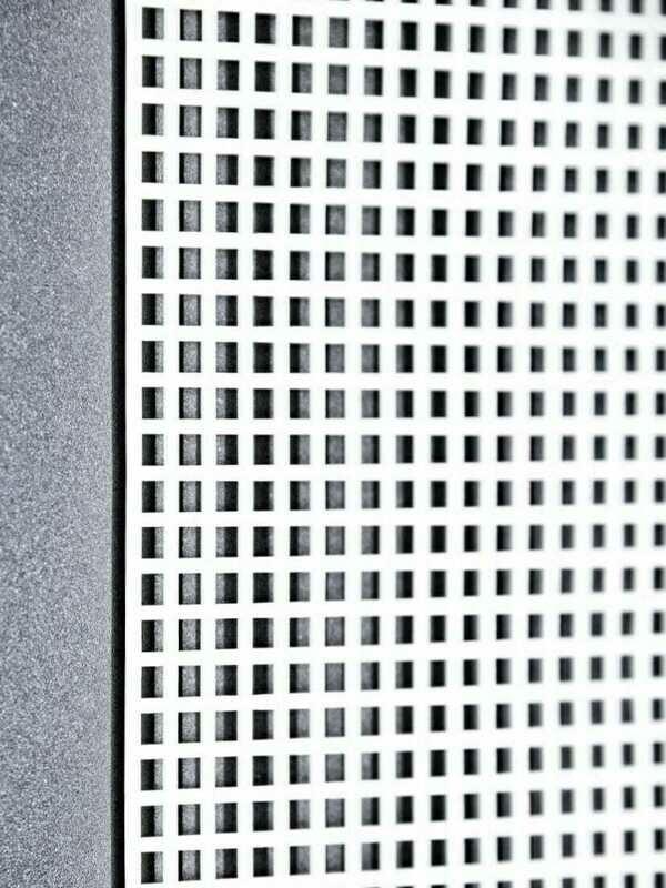 """רשת פלסטיק ליצירה  מידות 42 על 60 ס""""מ, גודל חור 5 מ""""מ"""