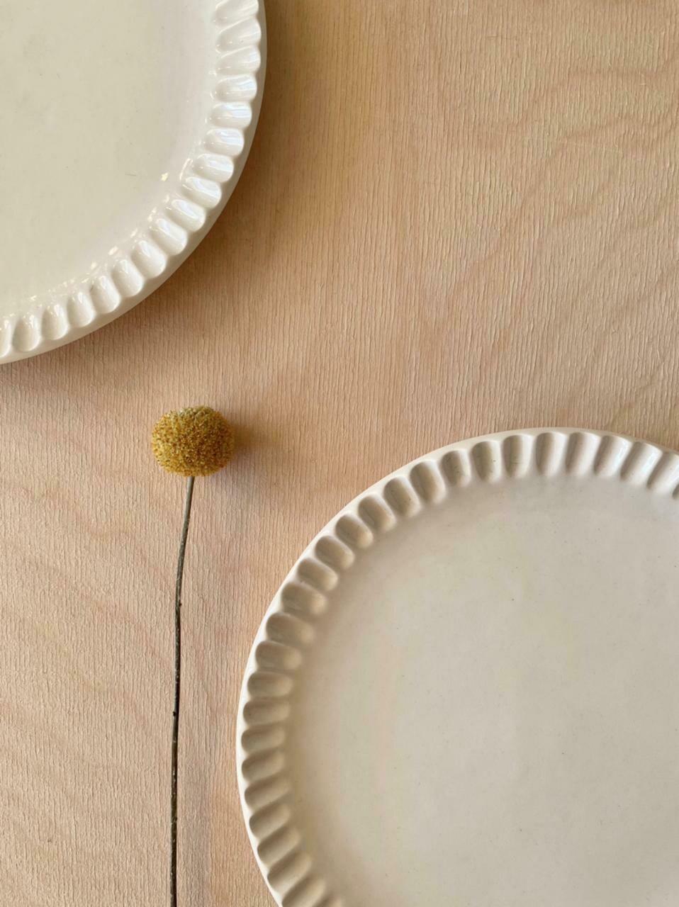Bemyclay.Круглая белая тарелка с рифлёным краем