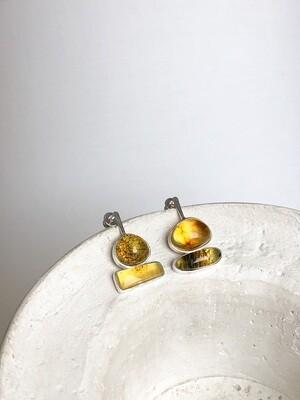 Серебряные асимметричные серьги с янтарем