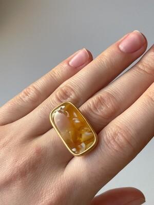 Позолоченное кольцо с янтарем, размер 18
