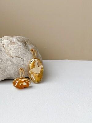 Позолоченные асимметричные серьги пусеты с текстурным янтарем