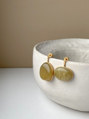 Позолоченные асимметричные серьги пусеты с янтарем