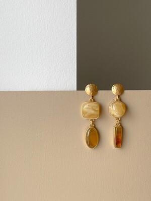 Позолоченные асимметричные серьги пусеты с янтарем. 9.64 гр