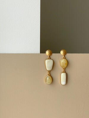 Позолоченные асимметричные серьги пусеты с янтарем. 10.05 гр.