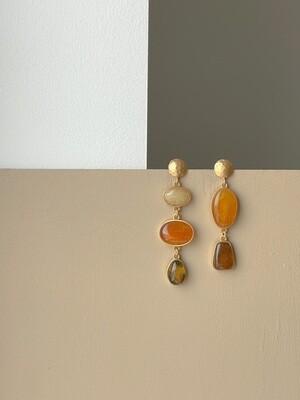 Позолоченные асимметричные серьги пусеты с янтарем. 11.98 гр