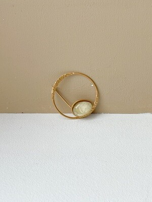 Позолоченная брошь  с янтарем