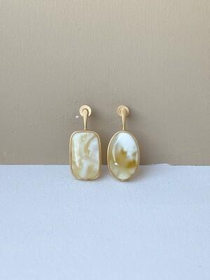 Позолоченные асимметричные серьги пусеты с янтарем. 4.77гр