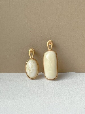 Позолоченные асимметричные серьги пусеты с янтарем. 6.71гр
