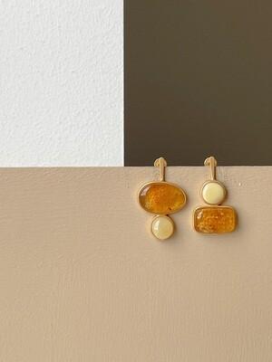 Позолоченные асимметричные серьги пусеты с янтарем. 4.98гр