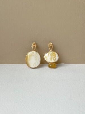 Позолоченные асимметричные серьги пусеты с янтарем. 4.93гр