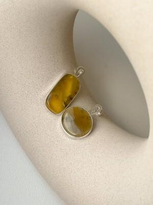 Серебряные асимметричные серьги с янтарем. 6.72 гр.
