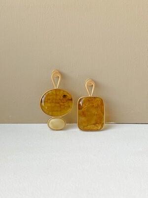 Позолоченные асимметричные серьги пусеты с янтарем. 6.45гр