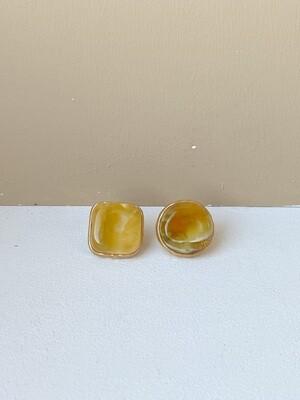 Позолоченные асимметричные серьги пусеты с янтарем. 6.4 гр.
