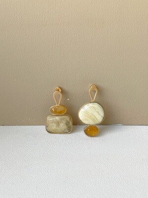 Позолоченные асимметричные серьги пусеты с янтарем. 6.35гр