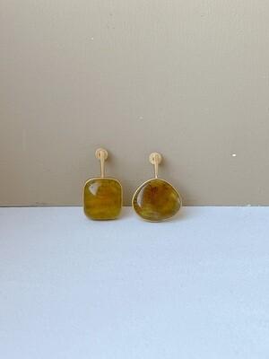 Позолоченные асимметричные серьги пусеты с янтарем. 4.34гр