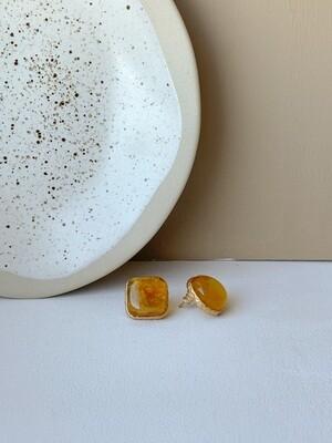 Позолоченные асимметричные серьги пусеты с янтарем. 5.81 гр.