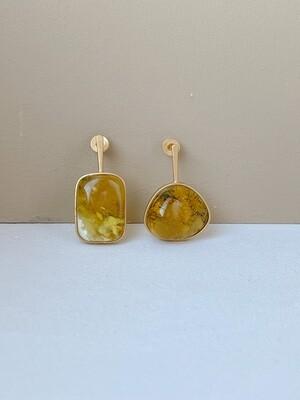 Позолоченные асимметричные серьги пусеты с янтарем. 4.61гр