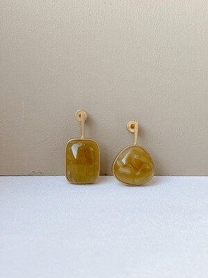 Позолоченные асимметричные серьги пусеты с янтарем. 4.97гр