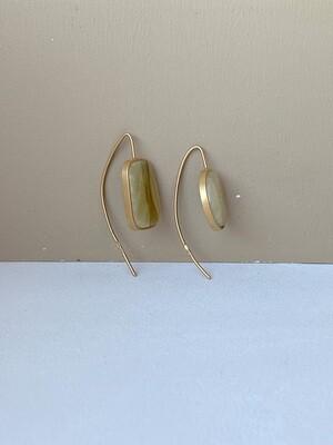 Позолоченные асимметричные серьги с янтарем. 4.99 гр.