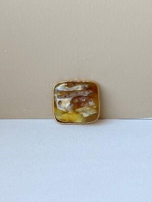 Позолоченная брошь с текстурным янтарем. 6.39 гр.