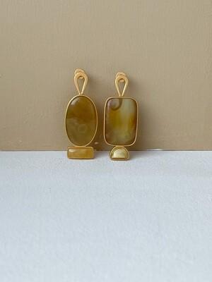 Позолоченные асимметричные серьги пусеты с янтарем. 6.12гр